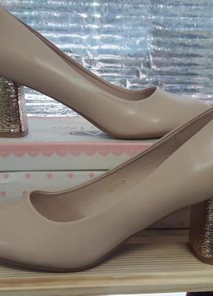 Туфлі на каблуку