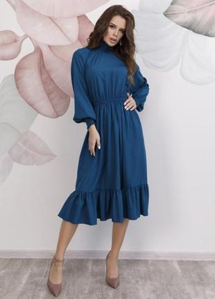 Синее женственное платье с высоким воротником и воланом