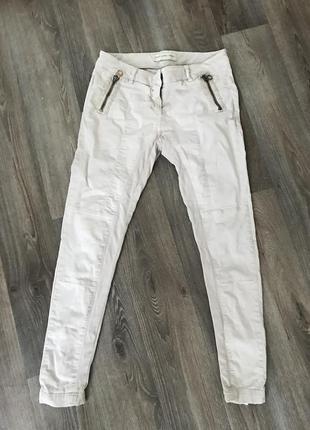 Штаны джинсы бежевого цвета с молниями сзади
