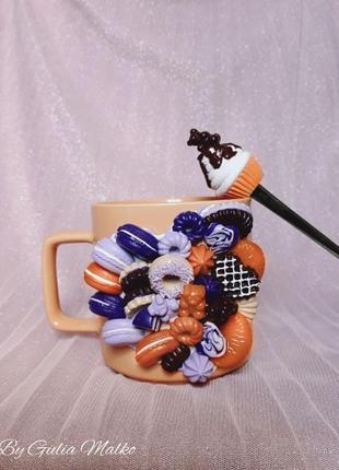 Чашка с ложкой со сладостями из полимерной глины
