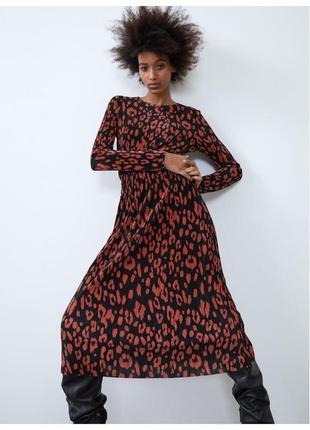 Zara плиссированное платье гофре с принтом маки s/ m черное