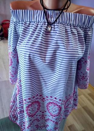 Супер стильная блузка с открытыми плечами вышивкой на рукаве и низ перед, без дефектов.