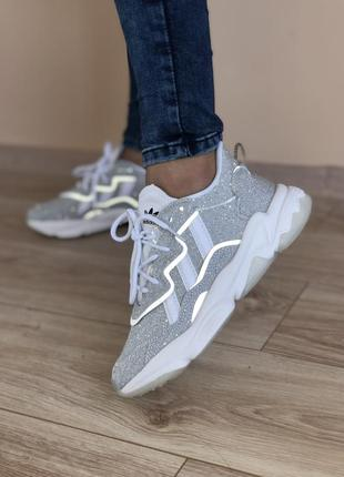 Классные женские кроссовки adidas ozweego серебристые