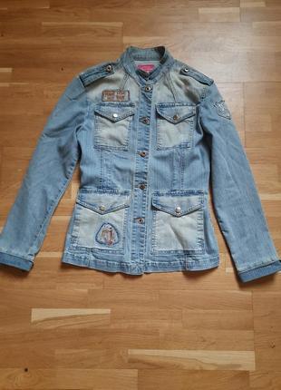 Шикарный джинсовый жакет с накладными карманами.