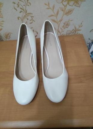 Туфлі 40 р по ст 26 см ш 8,5 см каблук6 см