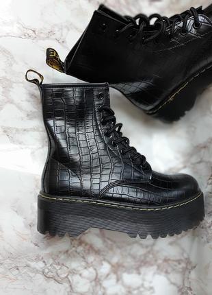 Фактурные высокие грубые ботинки мартинсы демисезонные на платформе мартінси черевики