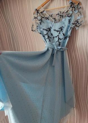 Сукня  блакитна з квітами асиметрична юбка з пояском