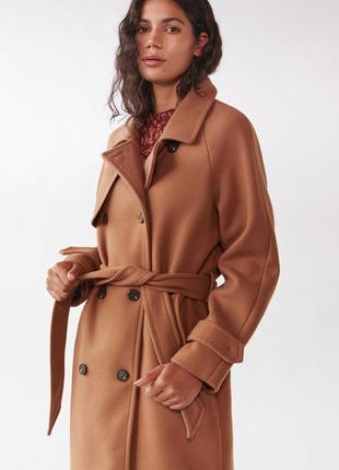 Стильне двубортне пальто з поясом