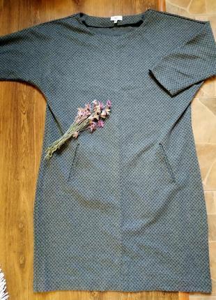 Платье с рукавами.