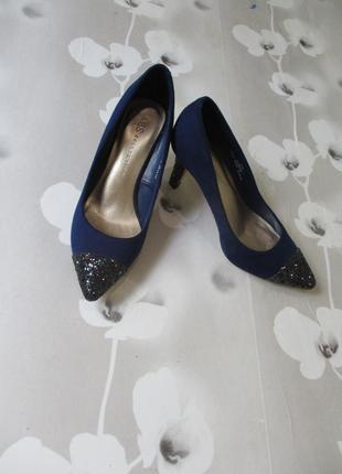 Стильные нарядные туфли лодочки с блестящим каблуком и носком