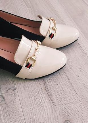 Двухцветные туфли лоферы