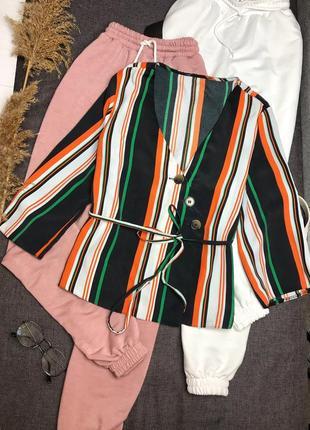 Красивая блузка в полоску с актуальными пуговицами