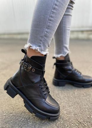 Крутые грубые ботинки на шнуровке