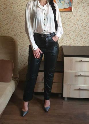 Стильные кожаные брюки с высокой посадкой размер с-м