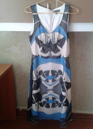 Классное платье на подкладке с интересным принтом