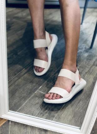 Бежевые сандали на резинке/наложка
