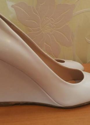 Белые туфли с открытым носком ronzo