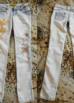 Белые джинсы со стразами
