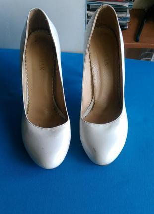 Белые туфли с высоким каблуком