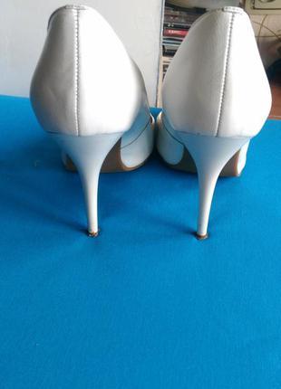 Белые туфли с высоким каблуком2 фото