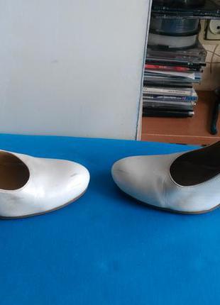 Белые туфли с высоким каблуком3 фото