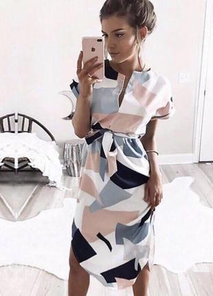 Трендовое платье по фигуре в геометрический принт.