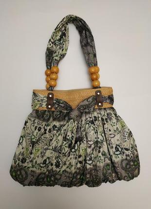 Летняя сумочка с деревянными бусами и соломкой
