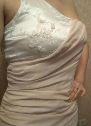 Легкое коктейльное платье с кружевом и бисером.