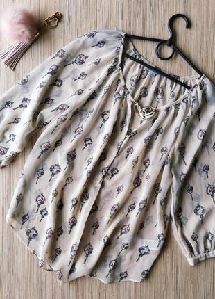 Нежная нюдовая блуза в актуальный принт
