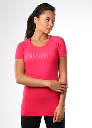Спортивная футболка gymshark малинового цвета