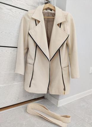 Молочное бежевое пальто косуха плащ с поясом на талии демисезонное осеннее весеннее