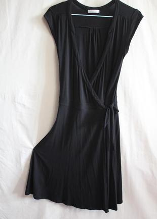 Черное платье с запахом на завязках с большим декольте