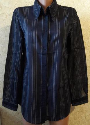 Очень тоненькая темно-синяя рубашка в белую полоску