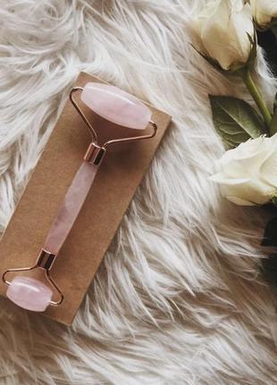 Роллер з рожевого кварцу у коробці