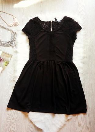 Черное короткое платье с гипюром ажурные вставки по бокам и спине юбка солнце пышная h&m