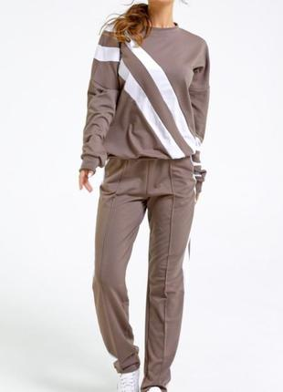 1700.    бежево-белый спортивный костюм с лампасами