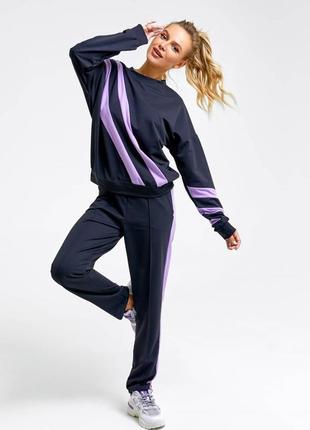1700.     черно-фиолетовый спортивный костюм с лампасами