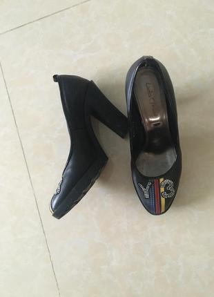 Кожаные женские туфли на каучуковом каблуке