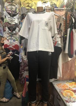 Белый верх, черный низ прогулочный костюм