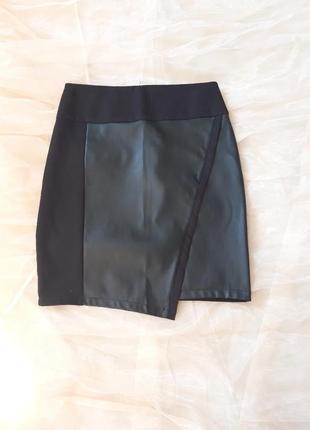 Черная юбка с кожаными вставками