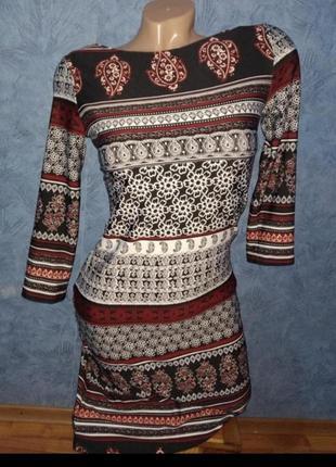 Стильное трендовое платье по фигуре в необычный  принт