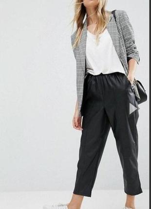 Актуальные брюки из искусственной кожи от бренда asos
