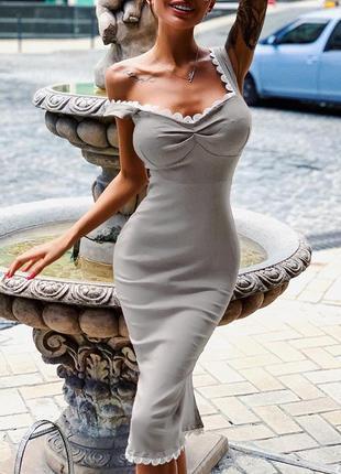 Бандажное платье с кружевной отделкой