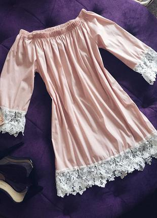 Стильное котоновое платье  с открытыми поечиками в трендовом пудровом цвете