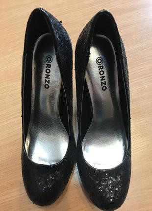 Чёрные блестящие туфли