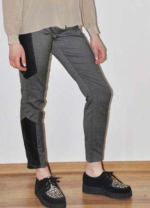 Зауженные брюки suiteblanco серые с кожаными вставками