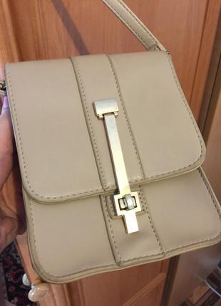 Бежевая маленькая сумочка с ремешком