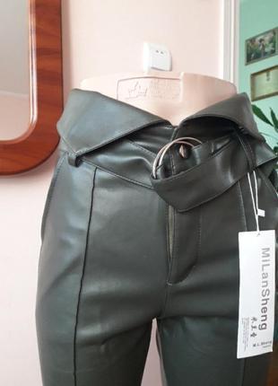 Брюки штаны нарядные из еко кожи оливкового цвета с завышенной талией и стрелками