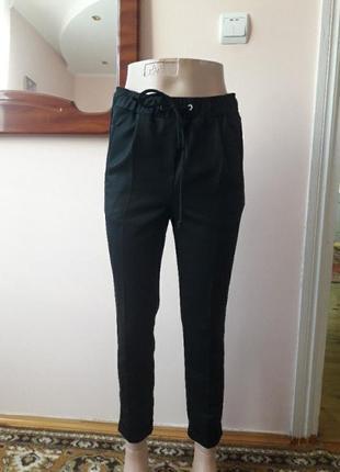 Молодежные черные в мелкую полосочку брюки