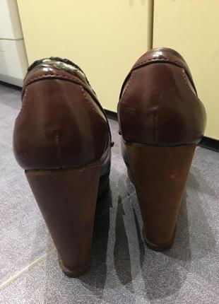 Туфли на танкетке stradivarius